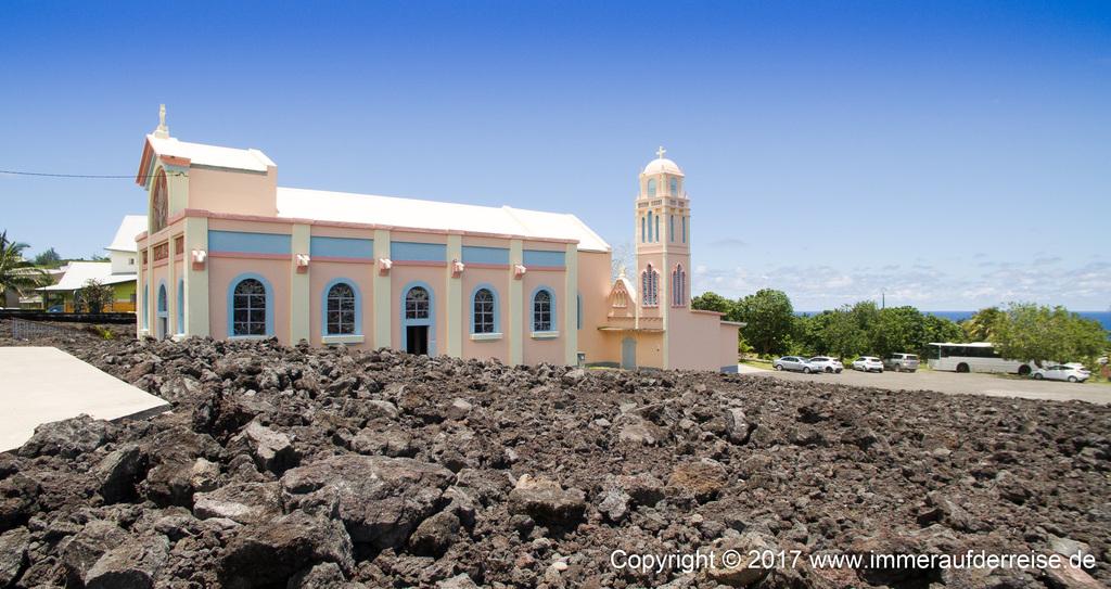 Kirche La Réunion von Lavafeld umschlossen - www.immeraufderreise.de