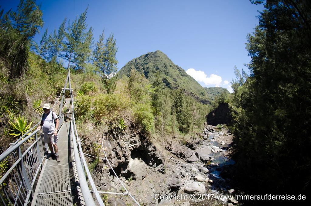 Hängebrücke über den Fluß La Réunion - www.immeraufderreise.de