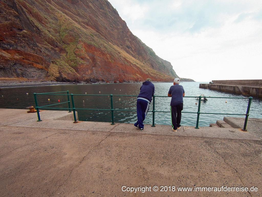 Zwei Männer schauen auf Atlantik Paul do Mar Madeira