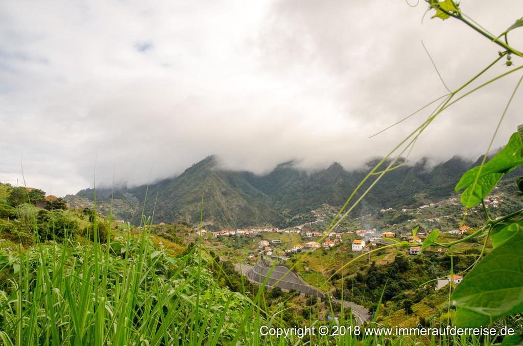 Blick auf die Berge Madeira Porta da Cruz