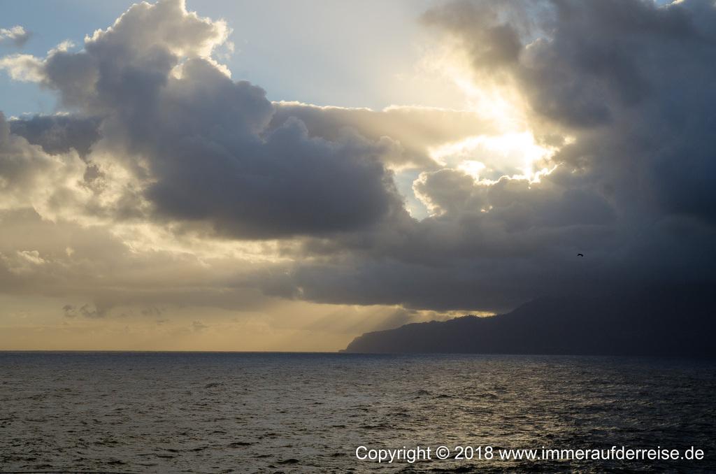 Sonne geht über dem Atlantik in Porto Moniz auf