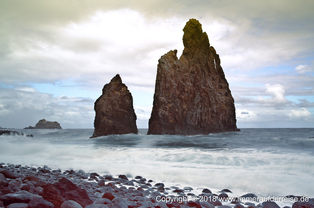 Felsnadeln vom Meer umspült Ribeira da Janela Madeira