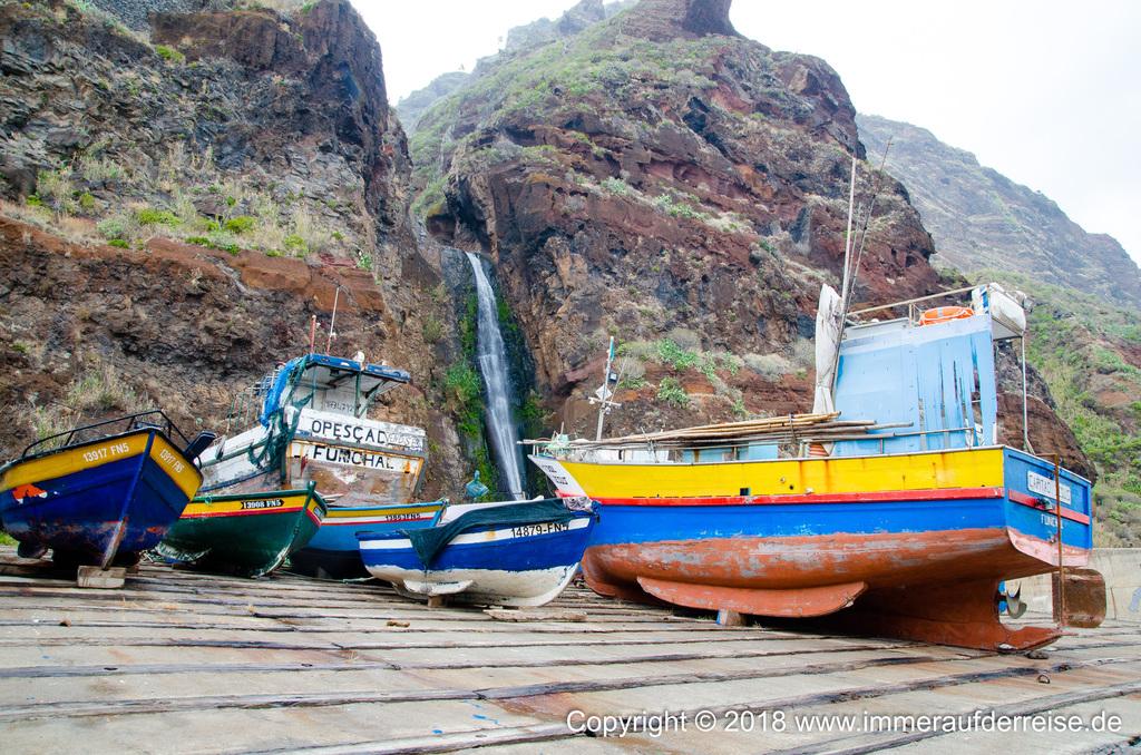 In Paul do Mar auf Madeira liegen Fischerboote im Hafen