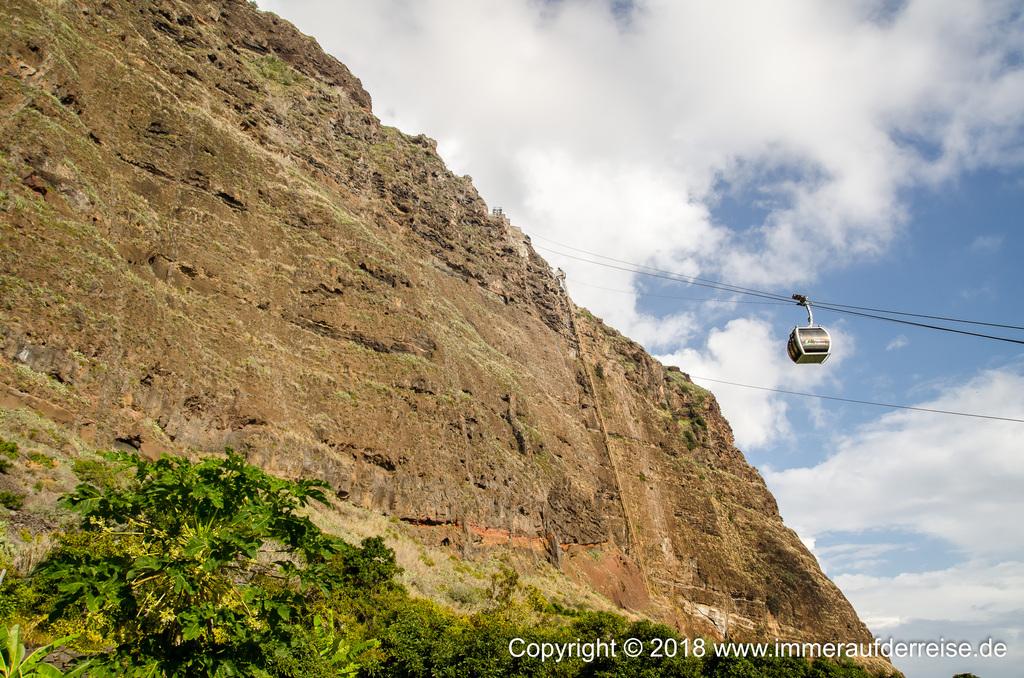 Seilbahn fährt den Felsen nach oben Faja dos Padres Madeira