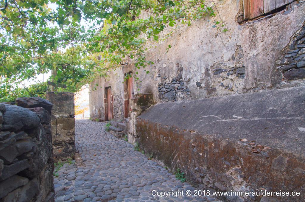 Die engen und alten Wege durch Faja dos Padres auf Madeira