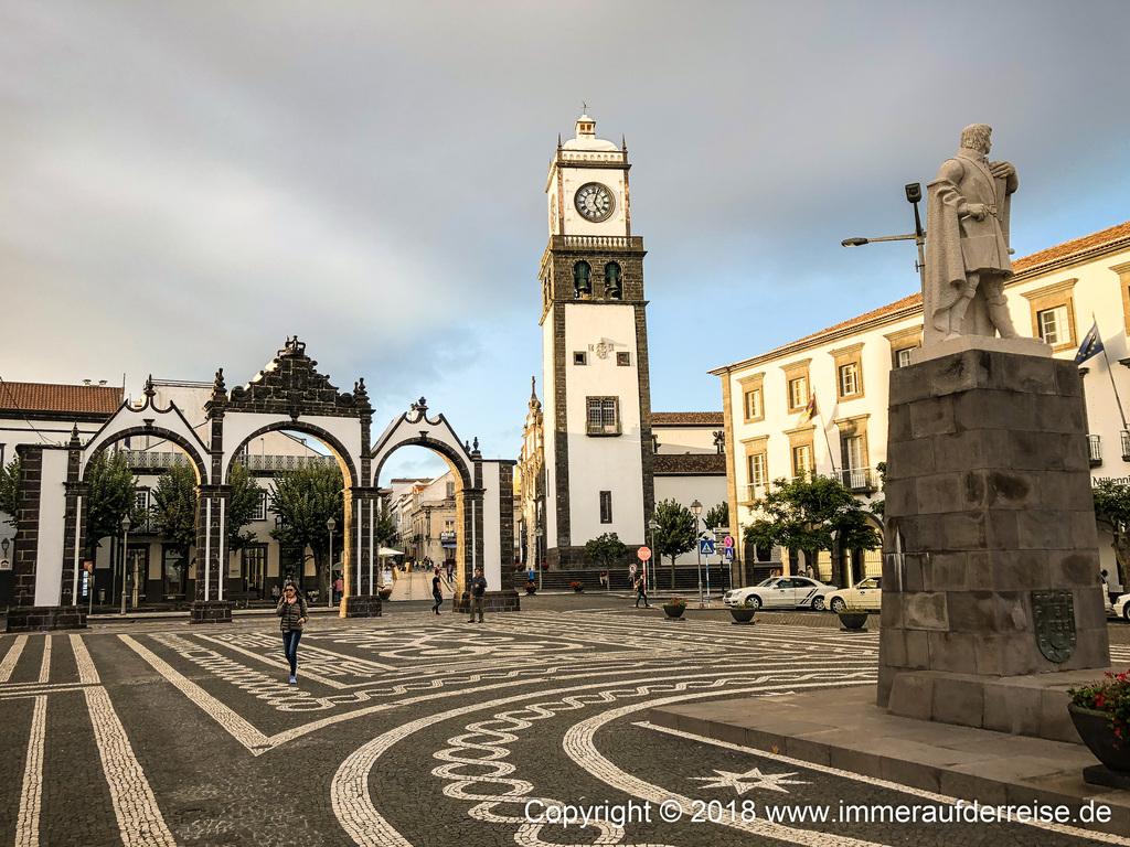 Stadttor und Kirche Ponta Delgada