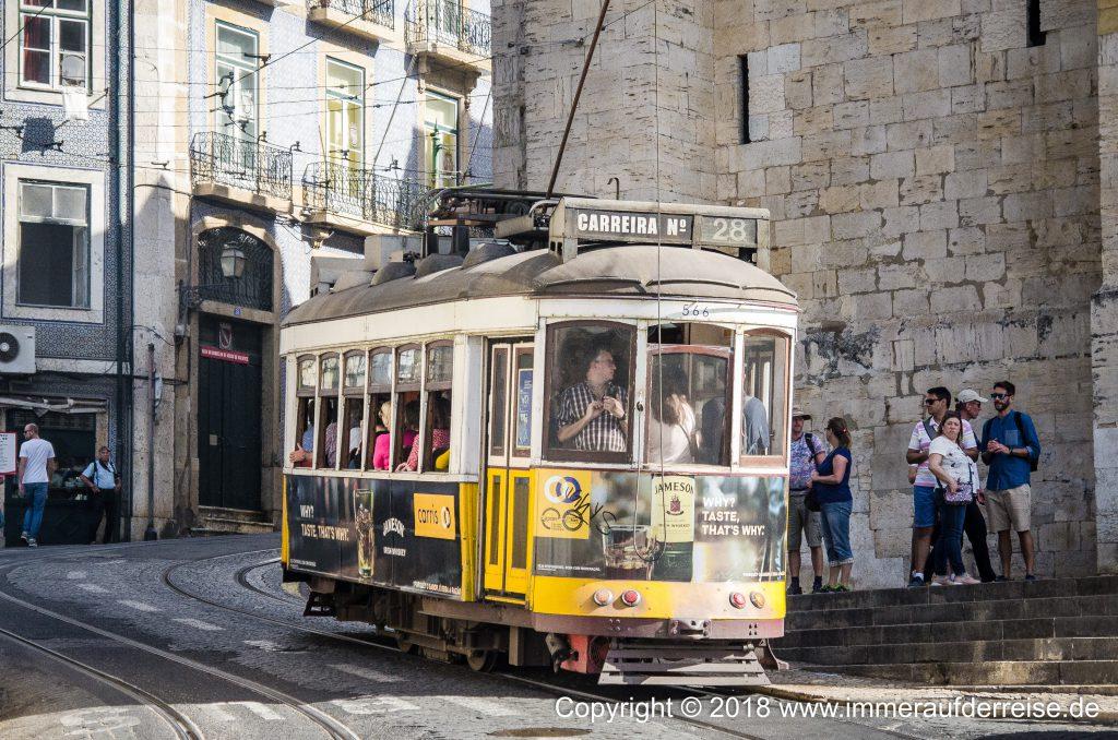 Beliebte Straßenbahn in der Alfama Lissabon